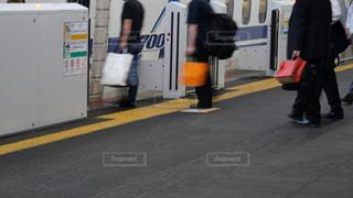 東海道・山陽新幹線に乗り込む乗客の列の写真・画像素材[2252239]
