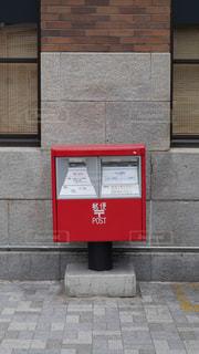 JR神戸駅のそばにある赤い郵便ポストの写真・画像素材[2274005]