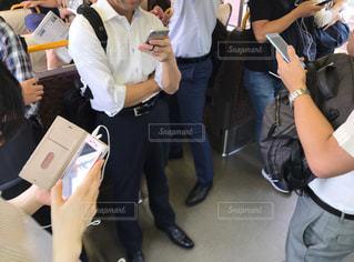 朝の通勤電車の中でスマホを操作している人々の写真・画像素材[2278595]