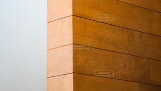 白壁と木目の壁のコントラストの写真・画像素材[2284819]