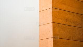 白壁と木目の壁のコントラストが綺麗なインテリアの写真・画像素材[2284820]