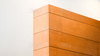 白壁と木目の壁のコントラストが綺麗なインテリアの写真・画像素材[2284821]