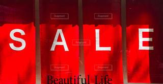 ショーウィンドウに掲げられた赤く大きなセールの文字の写真・画像素材[2306262]
