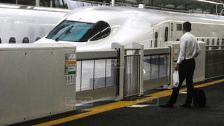 出張で東海道新幹線に乗り込もうとするビジネスマンの写真・画像素材[2312710]