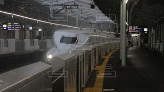 豪雨の新神戸駅に到着する東海道・山陽新幹線ののぞみ号の写真・画像素材[2312711]