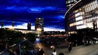 大阪駅前うめきた広場、グランフロント大阪から見る神秘的な夕暮れの写真・画像素材[2318690]