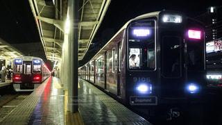 阪急神戸線三宮駅を出発する特急列車の写真・画像素材[2328082]