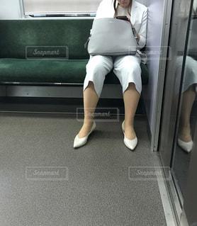 電車のシートに座っている大人の女性の写真・画像素材[2332184]