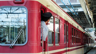 赤と白のツートンカラーが綺麗な神戸電鉄のレトロな電車の写真・画像素材[2372730]