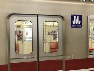 大阪メトロ御堂筋線の新大阪駅を発車する電車の写真・画像素材[2375026]
