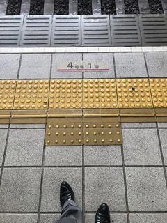 地下鉄御堂筋線の電車を待つサラリーマンの写真・画像素材[2375028]