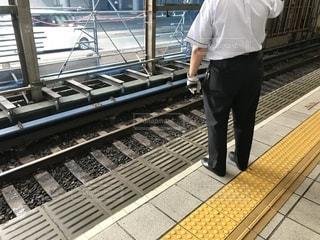 地下鉄御堂筋線の新大阪駅ホームの安全を守る頼もしい駅員の写真・画像素材[2375029]