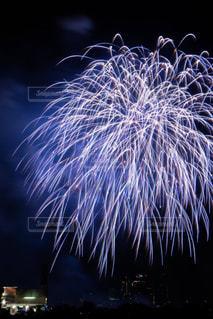 夏の風物詩、打ち上げ花火の大輪の華の写真・画像素材[2382557]
