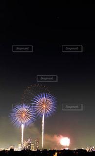 夏の夜空を彩る風物詩、東京多摩川の花火大会の写真・画像素材[2382560]