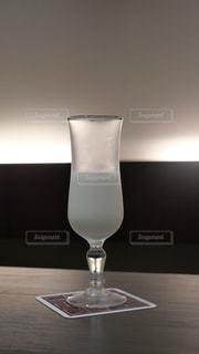 ホテルのテーブルに置かれた朝食で出てきた上品な牛乳の写真・画像素材[2384475]