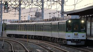 夕闇迫る西三荘駅に到着する京阪電鉄の名車5000系区間急行の写真・画像素材[2427222]