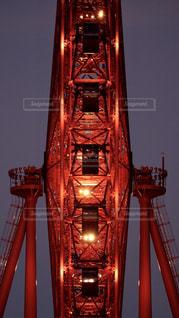 大阪駅前の大都会ど真ん中にある赤い大きな観覧車の写真・画像素材[2432148]