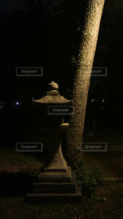 夜の静寂に包まれる京都北野天満宮の石灯籠の写真・画像素材[2439593]
