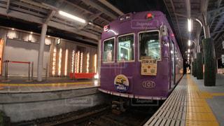 夜の嵐山駅で発車を待つ京福電鉄嵐山本線の古いレトロな電車の写真・画像素材[2439612]