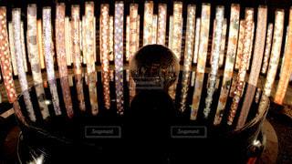 夜の嵐山駅を彩る着物をモチーフにした幻想的な光のモニュメントの写真・画像素材[2439676]