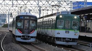 京阪西三荘駅ですれ違う新旧電車の写真・画像素材[2489546]