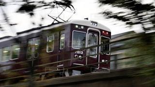 梅田駅に向けて疾走する阪急神戸線の特急列車の写真・画像素材[2492393]