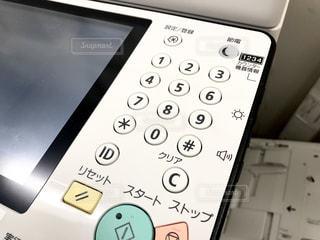 オフィスにある複合機の操作パネルのクローズアップの写真・画像素材[2495060]