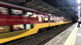 京阪守口市駅を猛スピードで通過する特急列車の写真・画像素材[2497953]