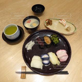 木製のテーブルの上にある京都ならではの漬物だけのにぎり寿司の写真・画像素材[2497954]