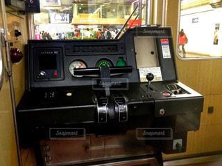 阪急神戸線の特急電車の運転台で見られるワンハンドルマスコンの写真・画像素材[2500289]