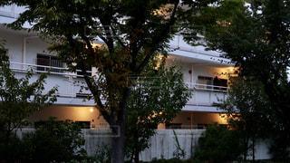 夕方のマンションの廊下に灯る温かな照明器具の写真・画像素材[2500290]
