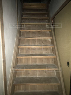 古い木造の古民家にある二階へ続く階段の写真・画像素材[2505659]