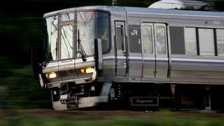 大阪高槻市の島本駅近くを疾走する新快速223系の一次落成車両。の写真・画像素材[2568218]