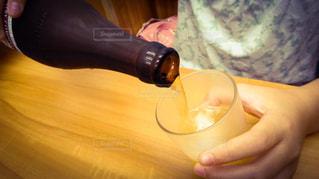 子供が父親に注いでくれる美味しいビールの写真・画像素材[2588162]