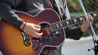 フェスティバルにステージでソロコンサートを行う男性ギタリストの写真・画像素材[2637563]