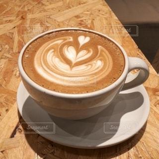 可愛い図柄のラテアートがステキなブルーボトルコーヒーのラテの写真・画像素材[2644960]