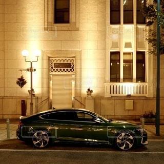 神戸旧居留地の夜の街並みに溶け込む高級車の写真・画像素材[2644965]