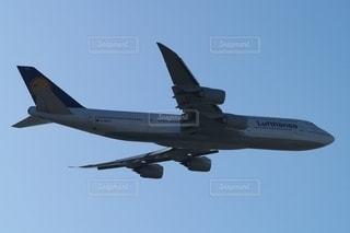 羽田空港を離陸しドイツへ向かうルフトハンザ航空のジャンボB747の写真・画像素材[2653573]