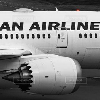 羽田空港を出発し滑走路へタキシングに向かう日本航空の飛行機の写真・画像素材[2667210]