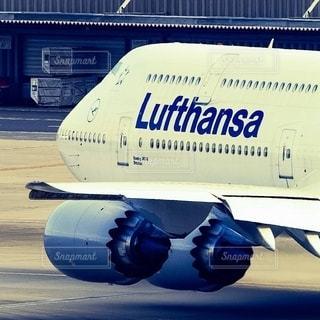 羽田空港を出発し滑走路へタキシングに向かうドイツルフトハンザ航空のジャンボボーイング747の写真・画像素材[2667211]