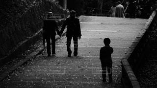 石清水八幡宮の境内を手をつないで仲良く歩く素敵な老夫婦の後ろ姿の写真・画像素材[2693158]
