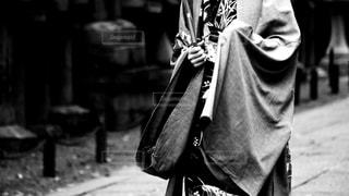 石清水八幡宮付近の参道で和装で撮影をしている大人の女性の写真・画像素材[2693169]