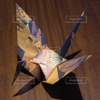 日本の伝統文化である折り紙で作られた和風の鶴の写真・画像素材[2697005]