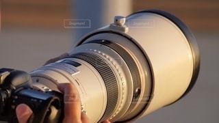 望遠レンズを手に神戸空港で飛行機を撮影するプロカメラマンの写真・画像素材[2702905]