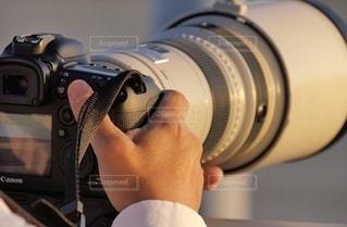 超大型の望遠レンズで飛行機を撮影するプロカメラマンの写真・画像素材[2702907]