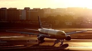 夕暮れの伊丹空港に到着したスターウォーズ塗色の全日空機の写真・画像素材[2723764]