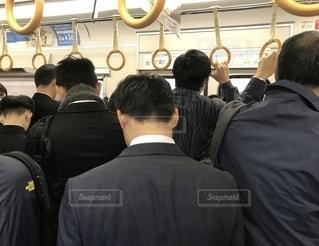 朝の通勤ラッシュ時のJRの車内の写真・画像素材[2743156]