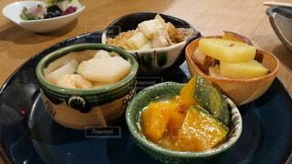 テーブルの上に並んだ京都ならではの美味しいおばんざいの写真・画像素材[2772498]
