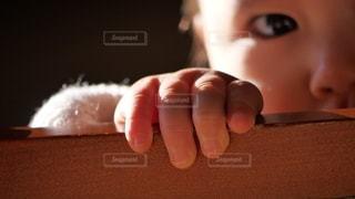自然光を浴びて穏やかな雰囲気の赤ちゃんの綺麗な可愛い手と指の写真・画像素材[2772515]