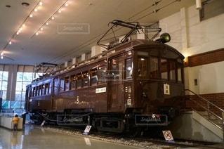鉄の線路上の古い木造の東武鉄道電車の写真・画像素材[2775379]